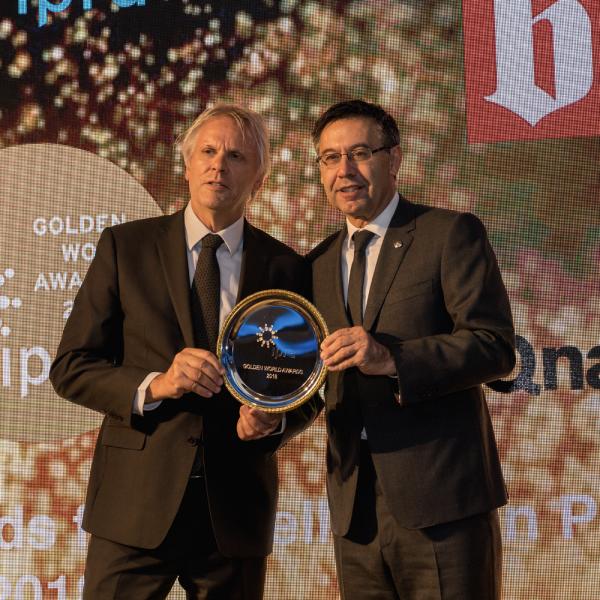 Sr. Bart de Vries entregándole el premio al Sr. Josep M. Bartomeu